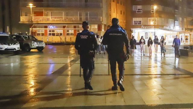 Dos agentes de Policía Local pasean por el Puerto de Sanxenxo para informar en cada uno de los locales de ocio nocturno sobre las medidas Covid.