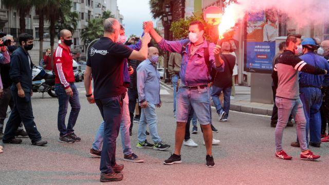 Trabajadores de astilleros y auxiliares confluyen en la calle Colón de Vigo tras partir en dos manifestaciones desde Bouzas y Teis.