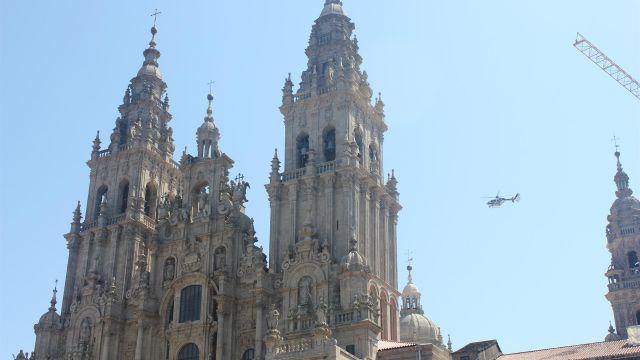 Helicóptero policial sobre la Catedral de Santiago.