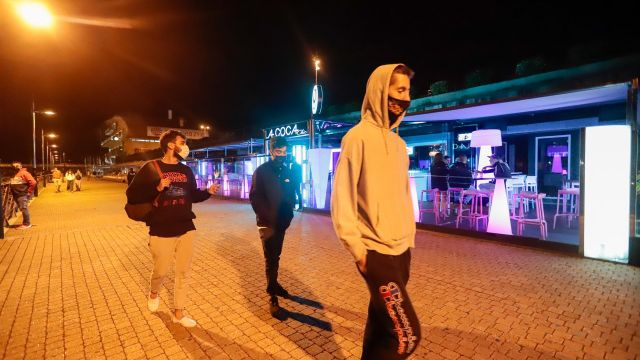 óvenes pasean por una zona de locales de ocio nocturno en Sanxenxo.