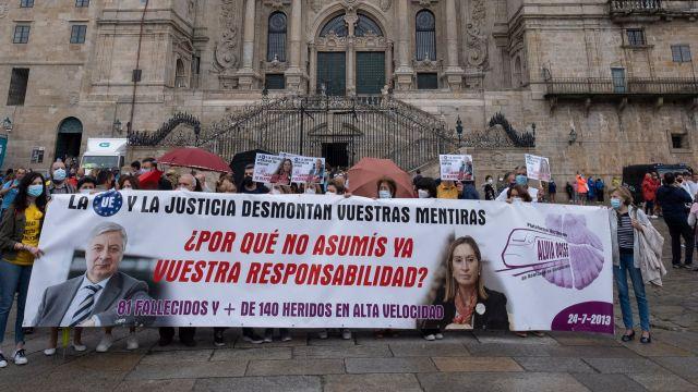 Víctimas y familiares del accidente ferroviario de Angrois (Santiago), se manifiestan para reclamar una investigación.
