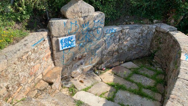 La fuente de Os Caños vandalizada.