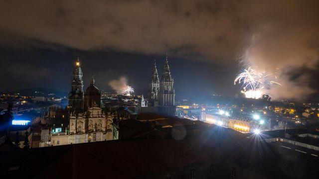 Fuegos del Apóstol lanzados por la celebración del Día de Galicia en Santiago.