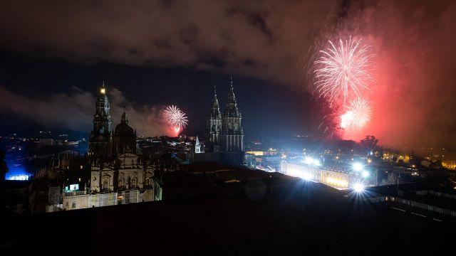 Fuegos del Apóstol lanzados por la celebración del Día de Galicia a 24 de julio de 2021 en Santiago de Compostela.