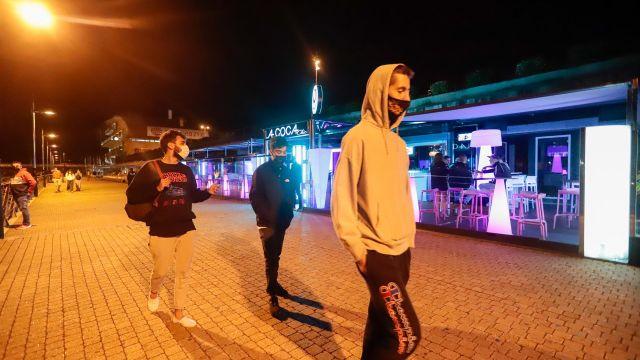 Jóvenes pasean por una zona de locales de ocio nocturno en Sanxenxo