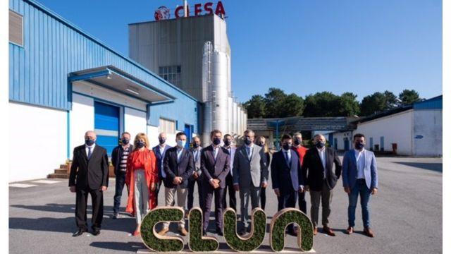 Foto de grupo frente a la factoría de Clesa en Caldas de Reis. Integran el grupo autoridades de la Xunta y miembros del Consejo Rector y del Comité Ejecutivo de Clun