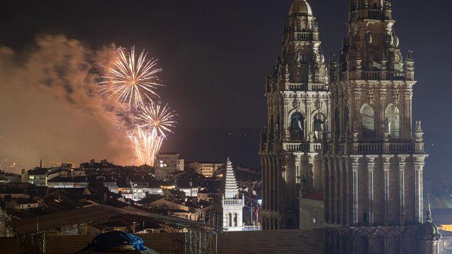 Fuegos del Apóstol lanzados por la celebración del Día de Galicia a 24 de julio de 2021, en Santiago de Compostela.