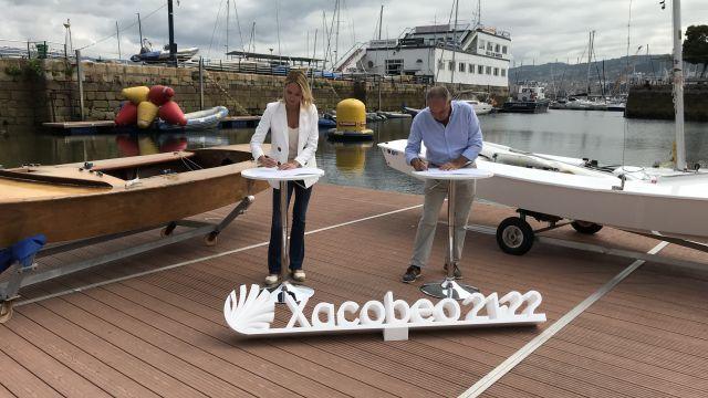 Marta Fernández-Tapias y José Antonio Portela, presidente del Ral Club Náutico de Vigo, firmando el convenio de colaboración