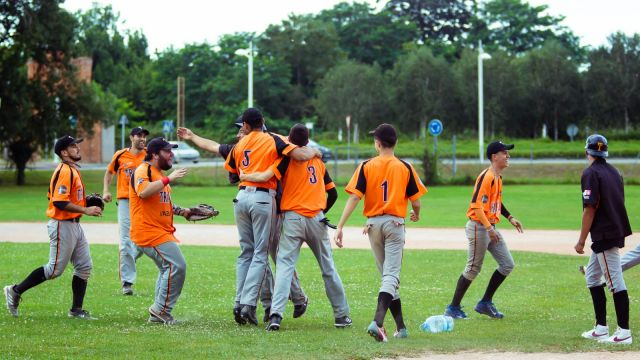 El Trasnos Béisbol Club celebra la victoria.
