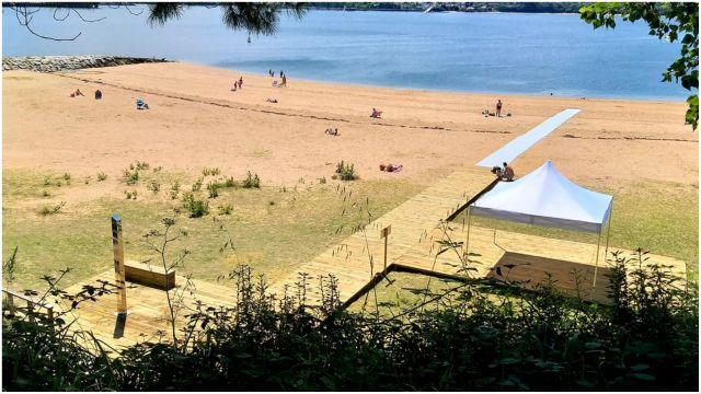 La playa dispone de una zona de sombra.