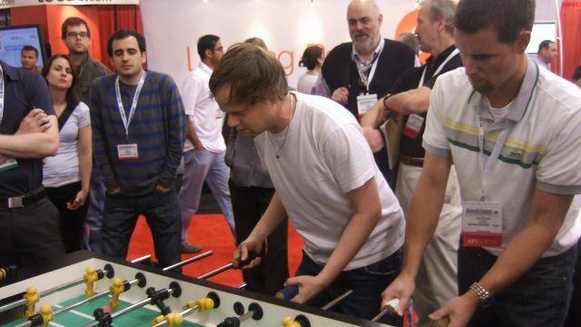 Empleados de Google y Yahoo se enfrentan al futbolín en el evento SES San José, en 2008