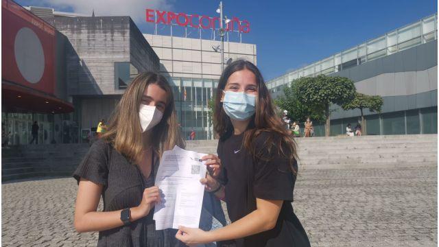 Sabela y Alejandra muestran el certificado de vacunación en Expocoruña.