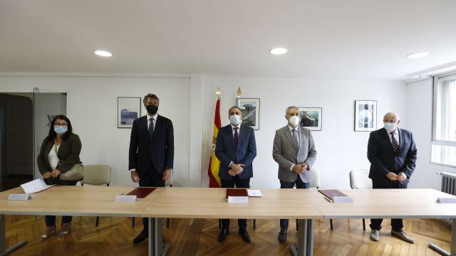 El Conselleiro de Sanidade y demás autoridades durante la firma del convenio