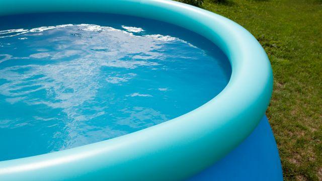 Imagen de archivo de una piscina de plástico