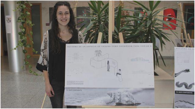 La alumna posa junto a su proyecto.