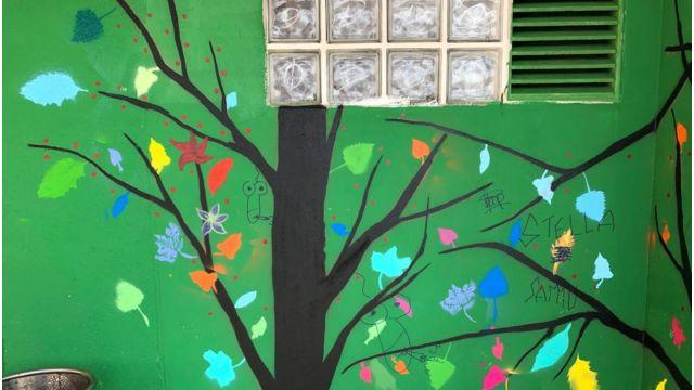 El mural vandalizado en Cambre.