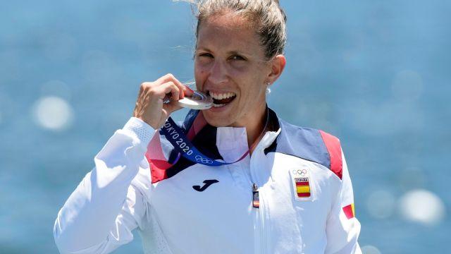 Teresa Portela con su medalla en Tokio