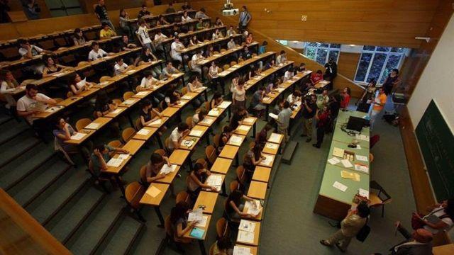 Estudiantes realizan un examen de selectividad.