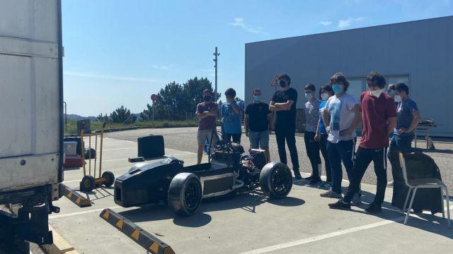 Integrantes de UVigo Motorsport preparando el UM21 para trasladarlo a Barcelona