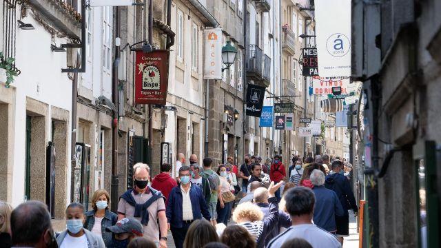 Varias personas en una calle del centro de Santiago de Compostela