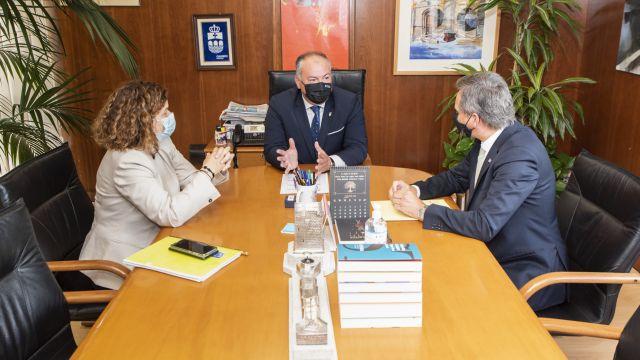 Reunión de la subdelegada y delegado del Gobierno en Galicia con el alcalde de Culleredo (centro).
