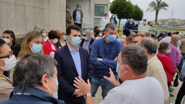 Sanitarios se concentran frente al centro de salud de Baltar (Sanxenxo, Pontevedra) para denunciar el aumento de la presión asistencial