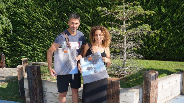 Juan Carlos Navarro y su mujer Vanesa con los bolsos DLonas.