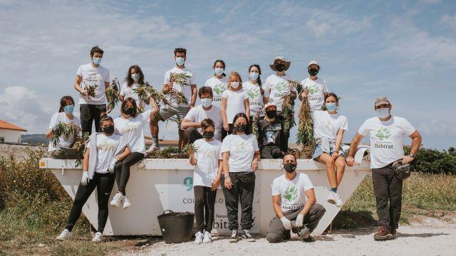 El grupo que participó en la limpieza de la costa de Arteixo (A Coruña).
