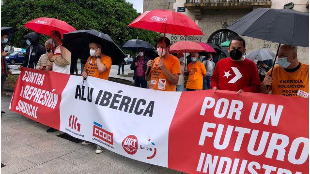 Protesta en A Coruña de trabajadores de Alu Ibérica ante la Delegación del Gobierno.