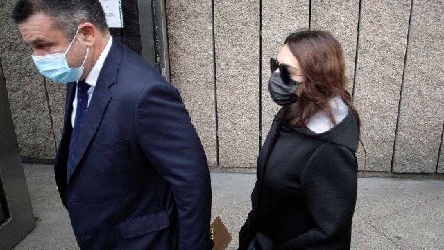 La joven acusada por el crimen de Samuel Luiz a su llegada a los juzgados de A Coruña con su abogado.