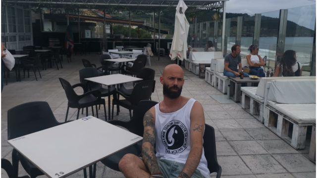 Iván Guntín, gerente del Artbar de Razo (A Coruña).