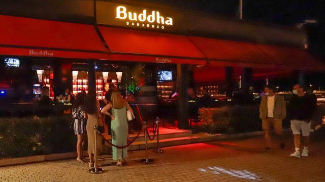 Varias personas esperan a las puertas de un local de ocio nocturno, a 23 de julio de 2021, en Sanxenxo, Pontevedra.