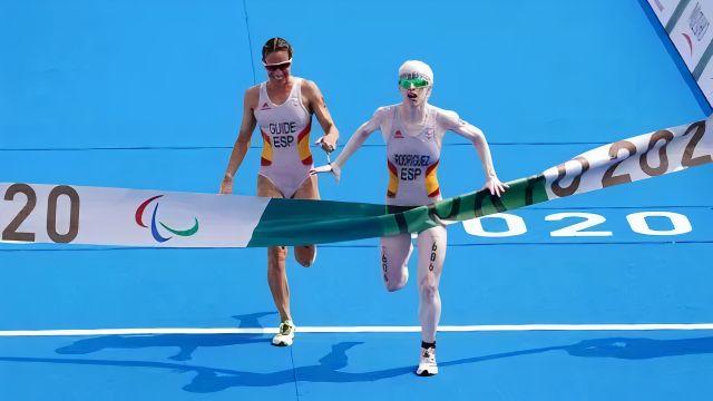Susana Rodríguez y Sara Loehr cruzan la meta en Tokio.