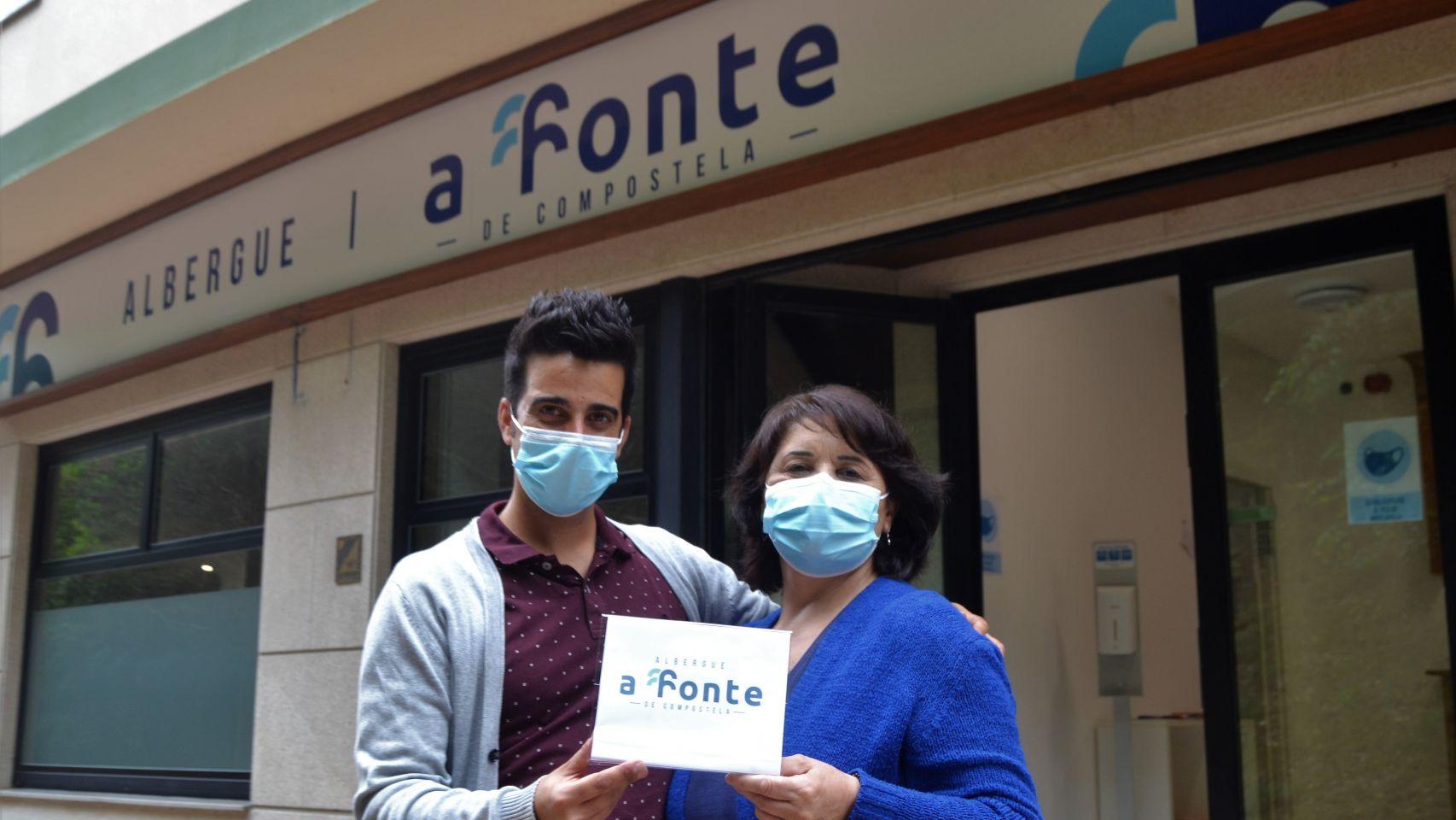 Adrián Montero y María Suárez, responsables del alberge A Fonte de Santiago.