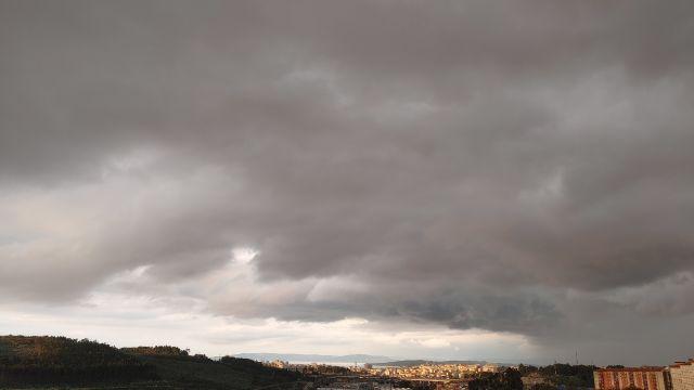 El cielo ayer, lunes, en A Coruña
