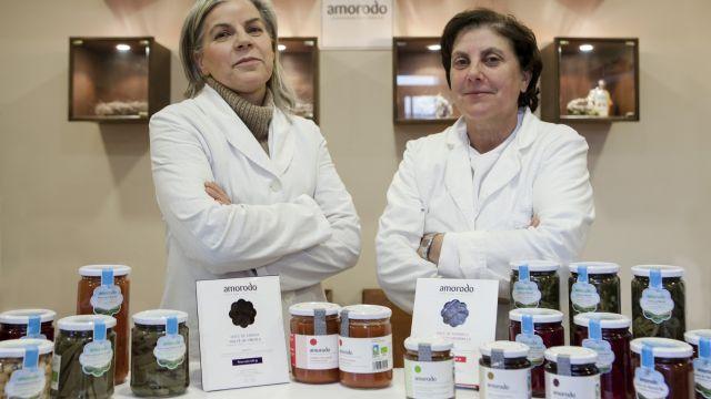 Mª Victoria Cosme y Yolanda Vilar con varios de los productos de Amorodo.