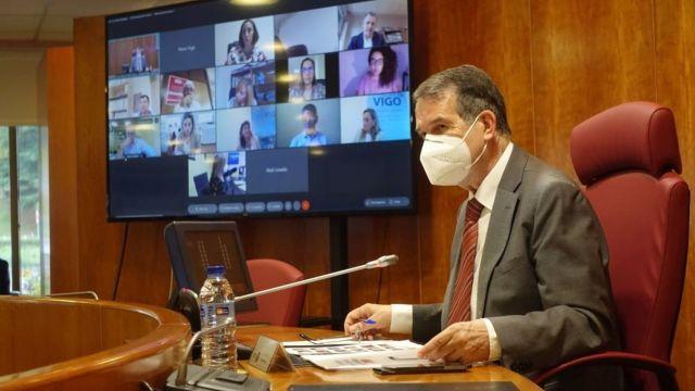 El alcalde, Abel Caballero, preside el pleno celebrado de forma semipresencial en el Ayuntamiento de Vigo