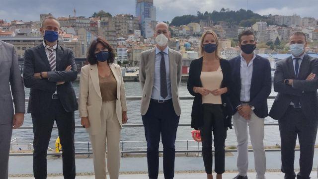 El presidente del Puerto de Vigo, Jesús Vázquez Almuíña, junto a la directora de la AMTEGA, Mar Pereira; la delegada de la Xunta en Vigo, Marta Fernández-Tapias, y otros cargos, durante la presentación de dos proyectos de uso de 5G en la terminal viguesa