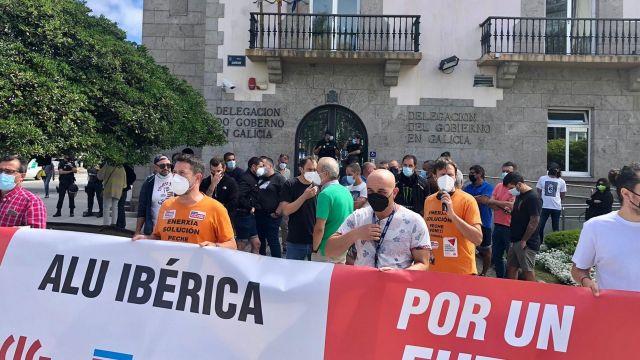 Concentración de trabajadores de Alu Ibérica en A Coruña.