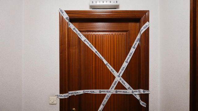 Puerta del domicilio donde fue asesinada una mujer en A Coruña.
