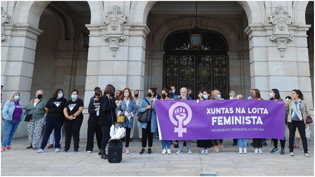 Concentración en María Pita contra los asesinatos a mujeres.