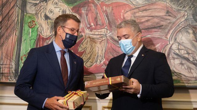El presidente de la República de Colombia, Iván Duque, y el presidente de la Xunta de Galicia, Alberto Nuñez Feijoo, intercambian regalos en el Pazo de Raxoi, en Santiago de Compostela