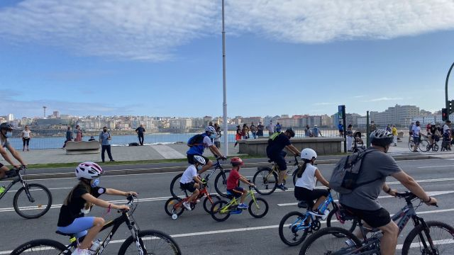 Las bicicletas han llenado el paseo marítimo de A Coruña esta mañana (@ConcelloCoruna)