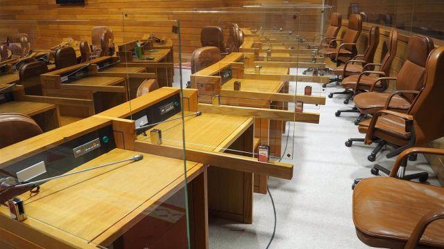 Mamparas del Parlamento de Galicia situadas para separar los escaños de los diputados en el hemiciclo gallego en la XI Legislatura