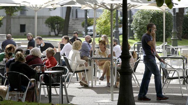 Varias personas en la terraza de un bar en A Coruña.