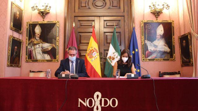 La alcaldesa de A Coruña, Inés Rey, y el regidor de Sevilla, Juan Espadas, firman un convenio