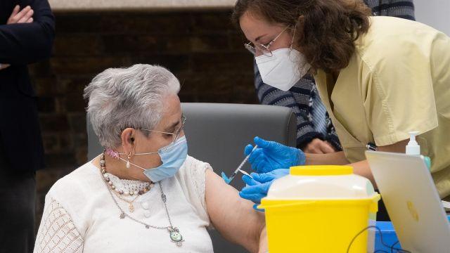 Nieves Cabo, la primera gallega en vacunarse.
