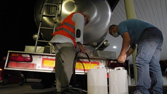 Recogida de agua en camiones cisterna por un vertido que deja sin suministro a varios barrios.