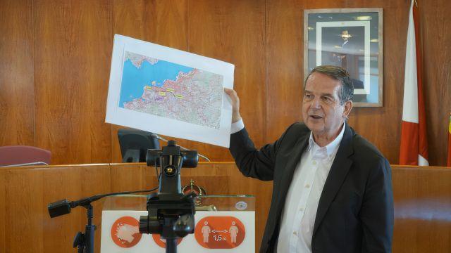 El alcalde de Vigo enseña un plano de la ciudad con el trazado del tren a Bouzas