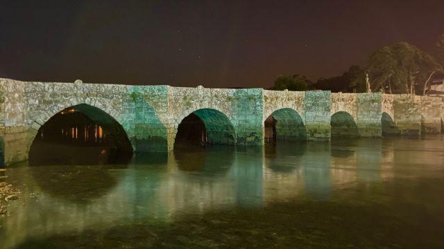 El Concello de Nigrán también iluminó de verde el puente sobre el río Miñor